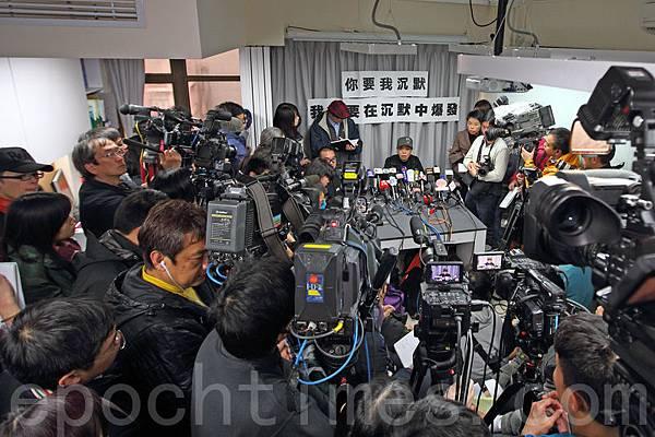繼黃毓民和鄭經翰之後,香港再次發生名嘴封咪事件,前商台烽煙節目主持李慧玲2月13日高調召開記者會,斥責  中共與梁振英政治打壓香港新聞言論自由,並悲傷自己被出賣。(潘在殊/大紀元)