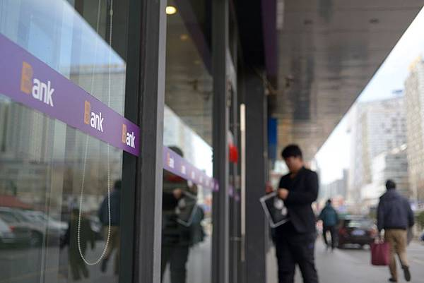 樓市崩盤危機後徘徊了三年多的溫州至今一蹶不振,法院目前正密集拍賣斷供後被拋棄的房產,房價連續29個月下跌現象也成為中國樓市崩潰的前兆。圖為,大陸銀行外一景。(WANG ZHAO/AFP/Getty Images)