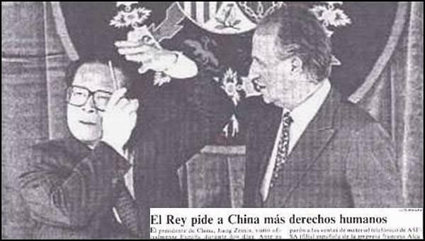 江澤民在西班牙受國王接見時,把公共場所當洗手間,掏出梳子當眾梳理,搔首弄姿,西班牙國王驚訝地張著合不上的嘴在旁觀看。(網絡圖片)
