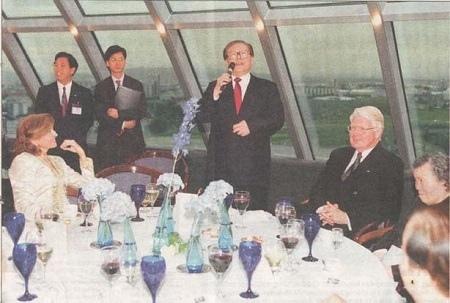 2002年,江澤民冰島訪問,在冰島總統舉辦的國宴上,江澤民吃著半截飯,突然站起來高歌一曲,令在場賓主都錯愕不已。江澤民老婆王冶坪當時哭喪著臉,面部表情十分尷尬。(網絡圖片)