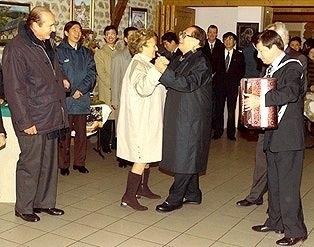 江澤民不顧禮儀,拉著法國總統希拉剋夫人跳舞。(網絡圖片)
