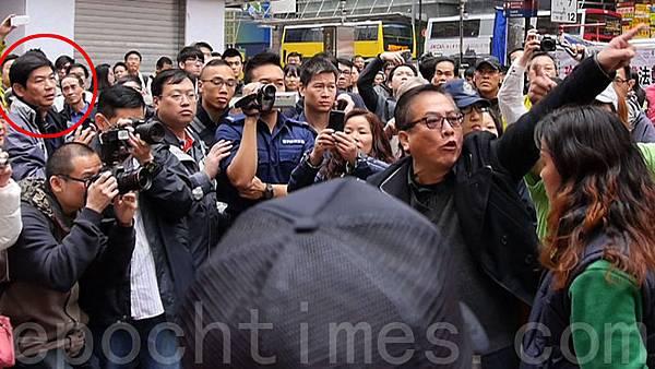 2013年3月銅鑼灣一次青關會侵擾法輪功事件中,有份圍罵李慧玲的疑似「保衛香港運動」成員(紅圈)曾經出現  在現場。圖右方者分別是青關會頭目肖小蓉和楊江。(潘在殊/大紀元)