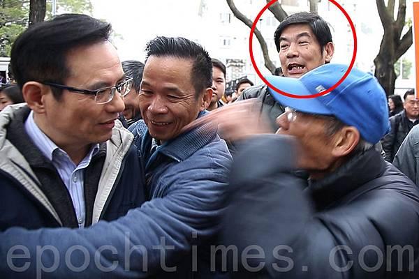 2月16日出現在《城市論壇》圍攻侮辱李慧玲的疑似愛字頭組織「保衛香港運動」成員(紅圈),此前也曾經出現  在香港銅鑼灣青關會侵擾法輪功真相點的現場。(潘在殊/大紀元)
