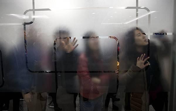 中共綁架了中國經濟,操控匯率致人民幣對外升值來吸引假外資回流來支撐著虛假的繁榮,推遲房地產泡沫的破裂,將外貿變成中國的灰色資金流通管道。(Evan Vucci/AFP/Getty Images)