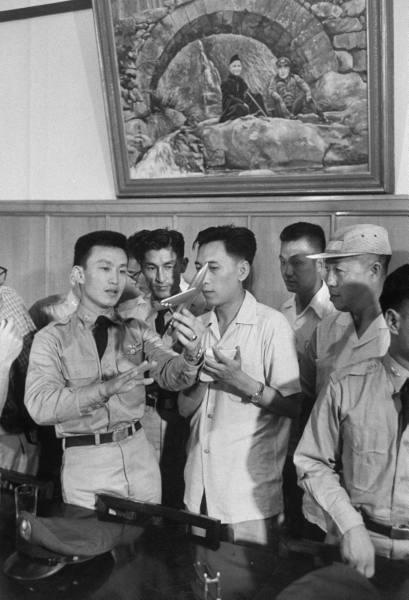 1958年8月23日至10月5日之間,大陸中共與駐守在金門島的國軍發生激烈炮戰。圖為,國軍空軍在演練戰術。(網絡圖片)