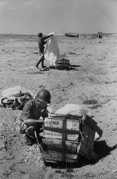 1958年8月23日至10月5日之間,大陸中共與駐守在金門島的國軍發生激烈炮戰。圖為,國軍在接收空投裝備。(網絡圖片)