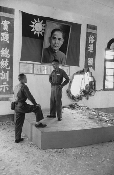 圖為,國軍軍官站被擊穿的牆壁前。(網絡圖片)