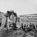 圖為,國軍在挖防空洞。(網絡圖片)