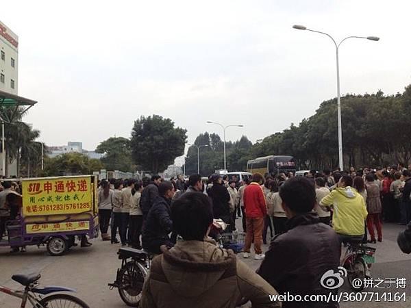 2月11日,福建省廈門市廈華電子廠數百工人堵路罷工,抗議公司遲遲不給員工做出賠償解決方案。