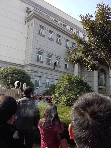 因工廠倒閉,2月14日,上海市奉賢區某電子廠工人到區政府討薪,遭到警察抓捕。(網絡圖片)