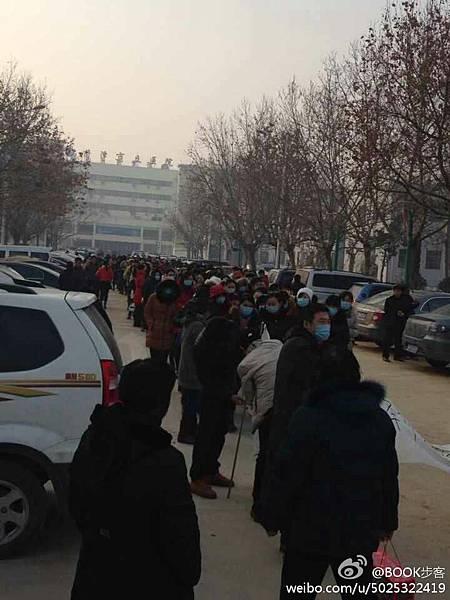 2月15日,山東省菏澤市立醫院護士罷工遊行,要求同工同酬。(網絡圖片)