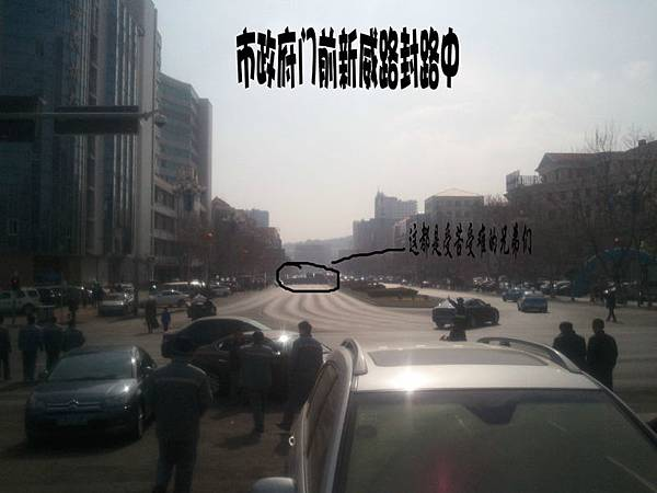 2月11日,福建省廈門市廈華電子廠數百工人堵路罷工,抗議公司遲遲不給員工做出賠償解決方案。(網絡圖片)