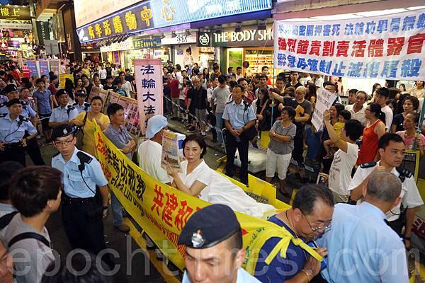 近期梁振英及一班高官高調批評網民針對自由行的大陸遊客行為,甚至表明要依法處理。社會上普遍不認同粗暴的行為,不過事件令人聯想起過去一年多來,有中共江澤民集團及地下黨梁振英撐腰的「愛字頭」組織,專門針對香港法輪功學員及民主派團體,以誣衊的言辭辱罵,甚至暴力相向,但是警方一直都不執法,還以「各自有表達自由」為藉口縱容侵擾行為。