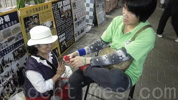 自2012年6月以來,中共江澤民集團及地下黨梁振英撐腰的「香港青年關愛協會」(青關會)侵擾多個法輪功真相點,使出多種粗暴流氓招術,包括聚眾圍堵、人身侮辱、高聲叫囂挑釁、噪音滋擾、暴力襲擊等等,雖經法輪功學員多次報案投訴,警方仍然沒有依法制止惡行。輿論認為,這是選擇性執法的典型事例。(大紀元)