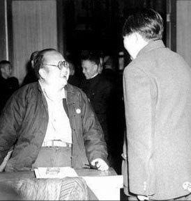 毛澤東與著名社會學家潘光旦先生在一起的照片。(網絡圖片)