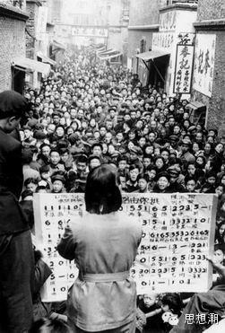 「三反五反」期間宣傳隊員在上海裡弄裡教唱歌曲。(網絡圖片)