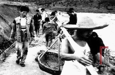 1960年湖南某築路工地,而照片中低著頭、徒手走來的一位戴眼鏡的男青年。(網絡圖片)