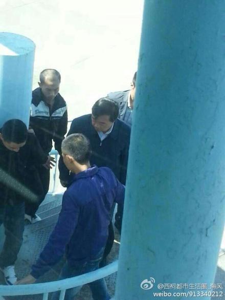 經新浪微博認證的「西祠都市生活圈_海風」博主,發出兩張季建業被押往北京的圖片。(網絡圖片)