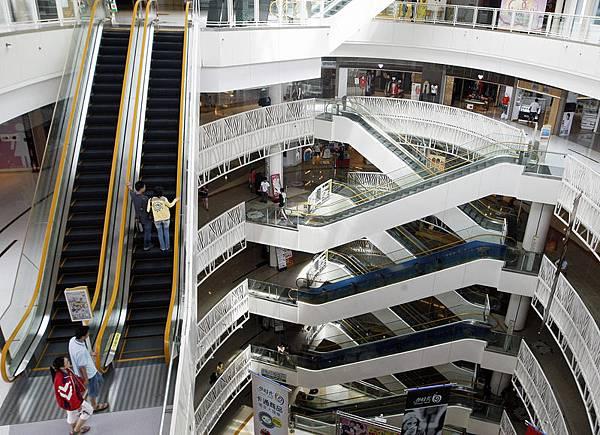 長江三角洲地區是中共最大的經濟圈,其經濟總量相當於中共國內生產總值20%,過度商業地產開發,導致空置  率甚至100%。 圖為一家購物中心冷清消費群景象。(中央社)