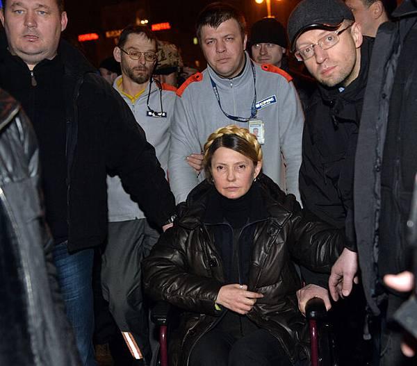 22日20點40分,剛剛被釋放的烏克蘭反對派領袖季莫申科抵達首都基輔的獨立廣場。廣場上數萬人歡呼雀躍。  (AFP)