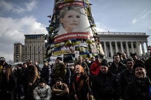 週六晚間,烏克蘭前總理、反對派領導人季莫申科被當局從監獄釋放。圖為21日基輔獨立廣場反對派人士製作的  大型季莫申科展板。(AFP)