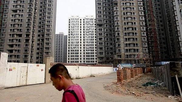 大陸各地房地產瘋狂發展後深陷泥潭,「鬼城」榜單不斷增加。被深度套牢的房地產開發商,也開始降價、甩賣樓盤,同時也在收緊資金準備過度「冰河時期」。(網絡圖片)