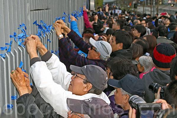 香港記者協會2月23日發起「反滅聲」大遊行和集會,記協宣布有超過6000人參加(最後更正10000人),其中大紀元時報的遊行隊伍最受矚目,深受市民歡迎,香港大紀元發言人指大紀元是最受中共打壓的傳媒,呼籲港人守護大紀元。(潘在殊/大紀元)
