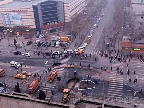 圖:2月16日下午,北京朝陽區甜水園街與水碓子中街交叉處地面突然塌陷,出現一個直徑6米天坑,該事故再次將  地下滲漏的話題引到公眾視線。 (網絡截圖)