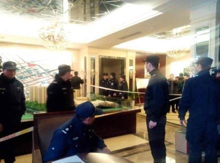 浙江杭州天鴻香榭里售樓處遭業主怒砸,因為該樓盤突然降價,每平方米售價由原來的17,200元,降至13,800元,事件令一眾已買了該樓盤的業主成為「負資產」。(網絡圖片)