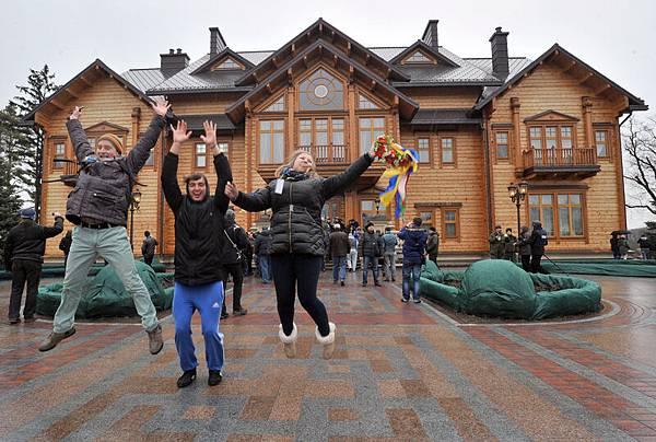 2月22日,在經歷了數月混亂的示威以及一個多星期的血腥衝突之後,烏克蘭變天。(法新社圖片)