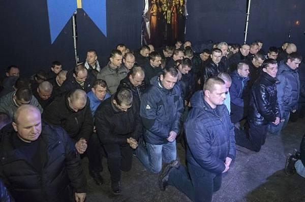 烏克蘭議會以「屠殺罪」通緝前總統亞努科維奇,發誓將他送交海牙國際刑事法庭受審;烏克蘭防暴警察下跪向民眾道歉。(網絡圖片)