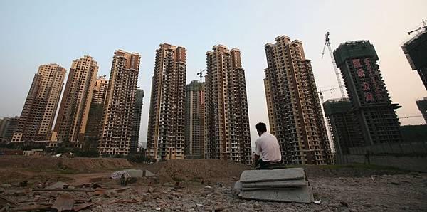 中國大陸的房地產泡沫越吹越大,專家表示目前人民幣已經開始遭受國際資本的圍剿, 貨幣泡沫的破滅最終刺破中國的樓市泡沫, 一線城市房價將跌去80%。(China Photos/Getty Images)