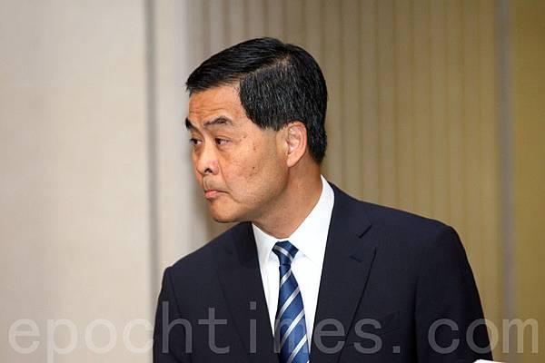 2月23日史上最大規模的傳媒反滅聲遊行集會剛剛落幕之際,北京當局星期二突然致函特區政府,將原定於9月10日至12日在港舉行的亞太經合組織財政部長會議(APEC)的地點改在北京,並調整到9月下旬之後舉行。有分析認為,今次北京的突然決定,正是習派對moke嘴梁振英製造李慧玲事件的回應,教訓梁振英和直接表達不信任。(潘在殊/大紀元)