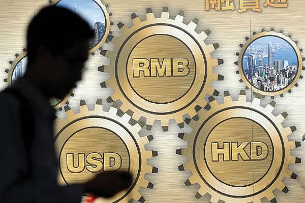 中國房地產市場開年以來風雨飄搖,多家銀行停止房地產貸款的消息,影響股市也暴跌。加之人民幣匯率持續下跌  。26日,中共央行、外管局與銀監會紛紛表態以圖維穩。(AFP)