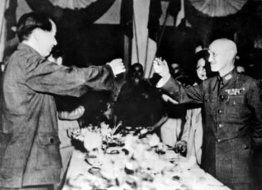 「國共合作」的歷史就是國民黨逐漸被共產黨殲滅併吞的歷史。圖為一九四六年抗戰勝利後,蔣中正邀請毛澤東赴  重慶商談解決國共問題,未想三年後中共竊取政權,大陸淪陷。 (網絡圖片)