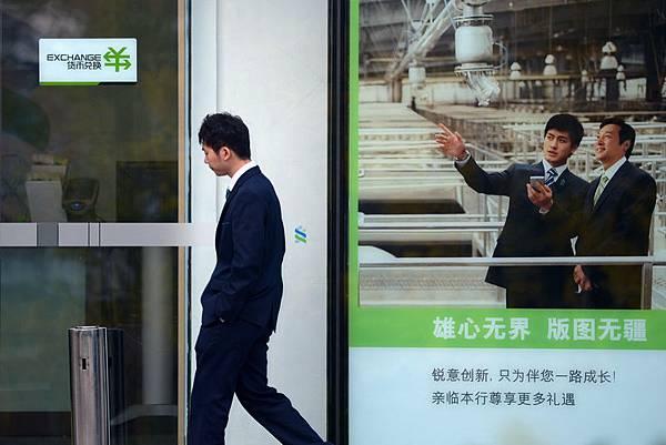 受到互聯網金融的衝擊,銀行暴利時代將終結。銀行通過中國銀行業協會以及向「央媽」哭訴,被觸碰根本利益的  銀行開始集體反擊。 (Photo credit should read WANG ZHAO/AFP/Getty Images)
