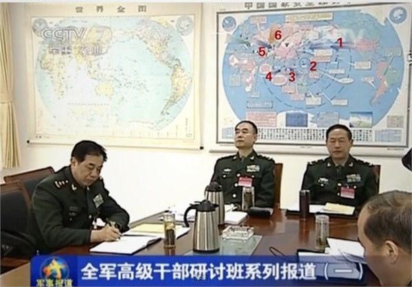 2月25日,中共央視《軍事報導》,顯示中共軍方高層辦公室一張標注有紅藍顏色箭頭和其他標識的世界地圖。(  網絡圖片)