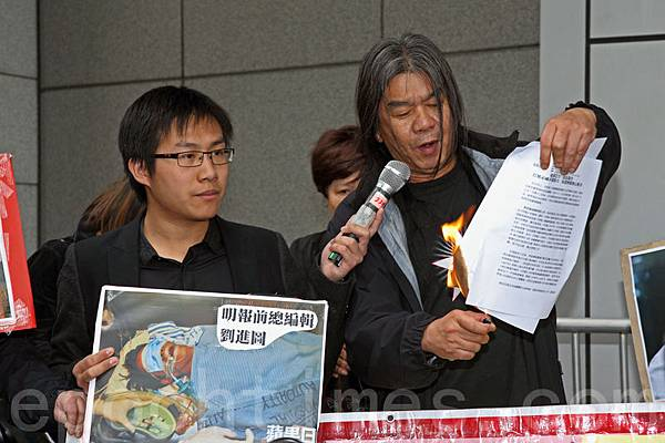 香港社民連成員到位於灣仔的警察總部抗議,要求警方盡快緝拿襲擊劉進圖的凶徒。他們批評梁振英上台後,新聞  自由嚴重倒退,之前已經發生陽光時務負責人陳平遇襲、壹傳媒主席黎智英及am730創辦人施永青被人恐嚇等恐怖  暴力事件,警方至今都未能破案。(潘在殊/大紀元)