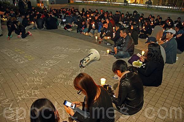 一批港大學生也在晚上七點於政府總部發起燭光集會,以靜坐等方式聲援劉進圖。他們都呼籲市民參加週日的反暴  力遊行。(潘在殊/大紀元)