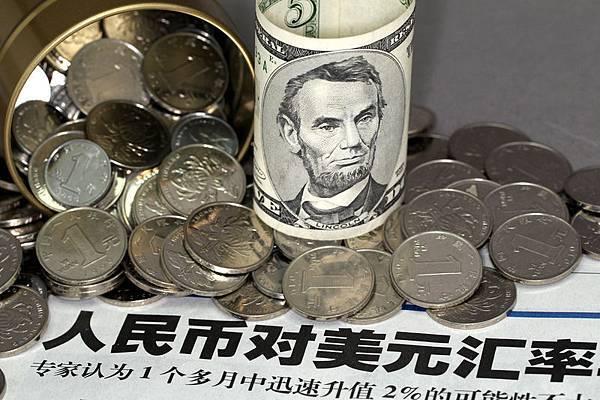 北京時間2月28日上午11時許,人民幣兌美元即期匯率跌破6.18關口的消息猶如一顆「原子彈」在全世界炸開了。專家認為,人民幣大跌的長久以來人民幣的貨幣政策出了問題,再加上國際資本圍剿共同促成的,並非中共央行主動貶值。(大紀元資料室)