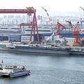 遼寧號前身為前蘇聯海軍瓦良格號,中共花費遠超建造一艘新航母的巨資,耗時13年重裝完成,2012年9月高調啟動。但很快這艘「山寨航母」疑似引擎故障,不得不返回碼頭待修。(AFP)