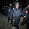 荷槍實彈的特警前往昆明火車站戒嚴(網絡圖片)