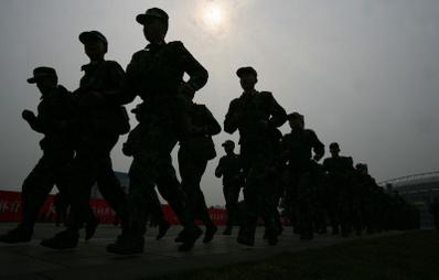 3月1日晚,10餘名蒙面暴徒、手持刀具、統一著裝衝進昆明火車站廣場售票廳,見人就砍,致32人死亡,130多人受傷。事件疑點重重,而且事發地點又是昆明,中共14軍的駐地,而14軍此前被指曾參與周薄政變。