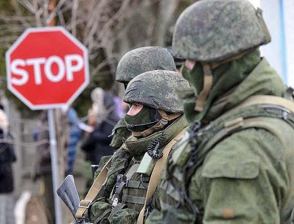 烏克蘭克里米亞半島緊張形勢持續升級,約1.5萬名俄國士兵入侵克里米亞半島。烏克蘭開始動員預備役軍人進入現  役。 (AFP PHOTO / GENYA SAVILOV)