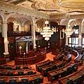 2014年2月26日,美國伊利諾伊州眾議院在本年度的全體大會上,議員們全票通過了HR0730號議案,要求中共「立即停止迫 害法輪功學員」。該決議「強烈要求美國政府調查中國境內的器官移植,全力制止活摘法輪功學員器官,並且要求美國政府禁止任何參與過使用法輪功學員器官進行移植的醫生進入美國。」圖為美國伊利諾伊州眾議院(維基百科圖片)
