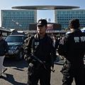 昆明市自3月1日爆發火車站血腥砍人事件後,全城民眾皆陷入高度恐慌之中,雖然街頭警察數量增加兩倍,但百姓人心惶惶,街道和餐館的人流驟然減少。圖為,3月3日在火車站外巡邏的警察。(MARK RALSTON/AFP/Getty Images)