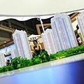 大陸財經評論家牛刀曾預測,2014年2月開始人民幣將下跌,且房地產將是首當其衝受影響的行業。此前2月8日,  中共黨媒罕見刊文「專家稱中國房地產泡沫崩潰時間就在今明二年」。圖為北京樓盤模型。 (Photo by Feng Li/Getty   Images)