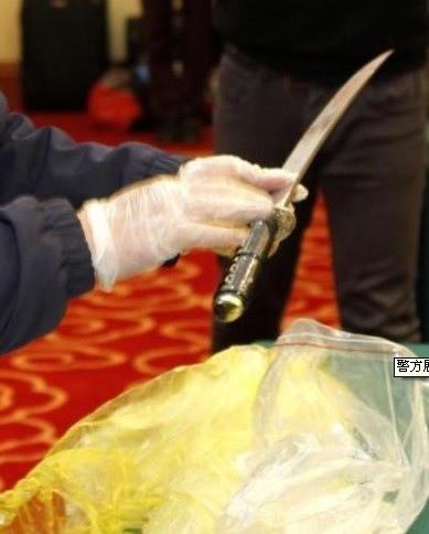 大陸官方媒體3月2日報導,昆明警方向外界展示在昆明火車站3月1日發生的血案後找到的凶器均為短刀,所展示的  凶器均為短刀,最長的也未超過1米。(網絡圖片)