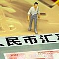 2月19日,人民幣匯率中間價對美元大跌近百個基點,令市場嘩然,專家表示,人民幣大跌與上萬億存款消失兩個信號和在一起,表明中國房價泡沫破滅已經開始,恐將釀成中國金融風暴。(大紀元資料室)