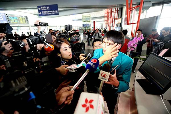 2014年3月8日,北京國際機場,馬來西亞航空公司負責人被記者攔住採訪。(大紀元資料室)
